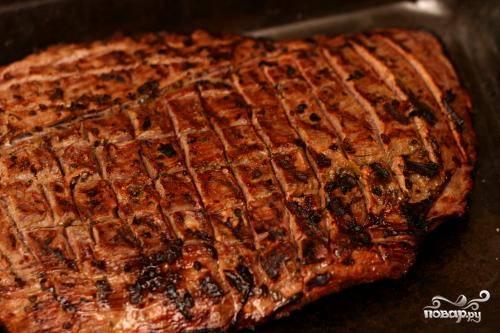 2. Разогреть гриль на сильном огне. Слегка смазать решетку гриля маслом. Обжаривать стейки на гриле от 3 до 4 минут с каждой стороны.