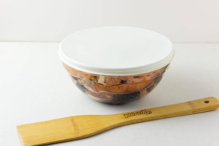 Накрываем миску крышкой и убираем в холодильник. Через 40 минут уже можно пробовать малосольную рыбку!