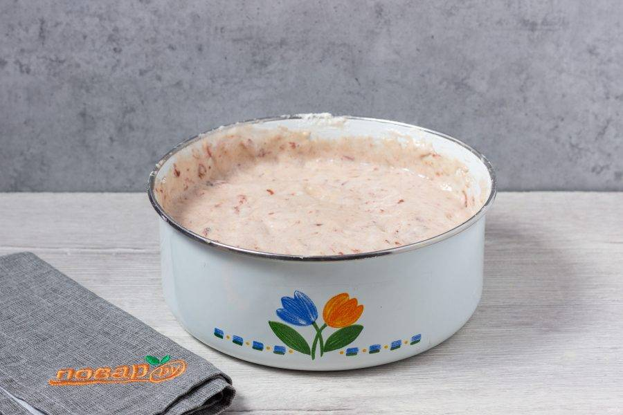 """Введите муку в массу, сделайте однородное тесто. Чашу мультиварки смажьте растительным маслом, вылейте тесто и выпекайте 60-65 минут на режиме """"Выпечка"""". Или 50-60 минут в духовке  при температуре 180 градусов."""