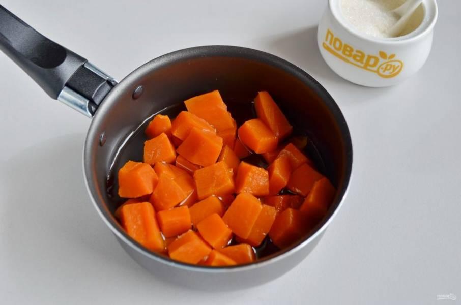 2. Очищенную от кожуры и семян тыкву нужно отварить до мягкости в малом количестве воды. Проследите, чтобы жидкость вся выпарилась.