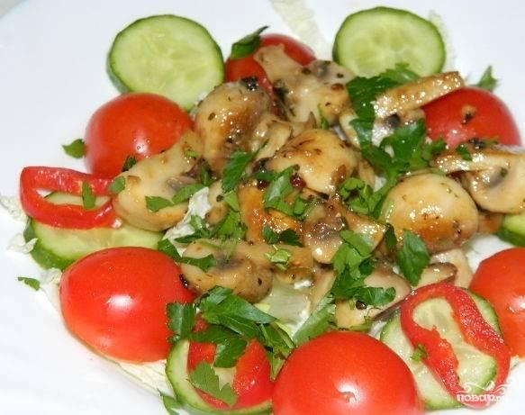 6.Поверх салата красиво разложите остывшие шампиньоны. Украсьте зеленью по вашему усмотрению, подсолите по вкусу и добавьте оливковое масло. Подавайте как гарнир к жареному мясу.
