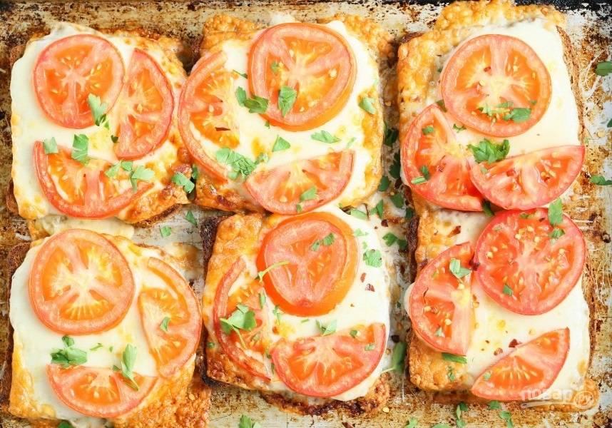 Отправьте противень в разогретый до 180-200 градусов духовой шкаф на 6-10 минут. Нарежьте мелко зелень и украсьте ею готовую закуску. Подавайте блюдо немного теплым.