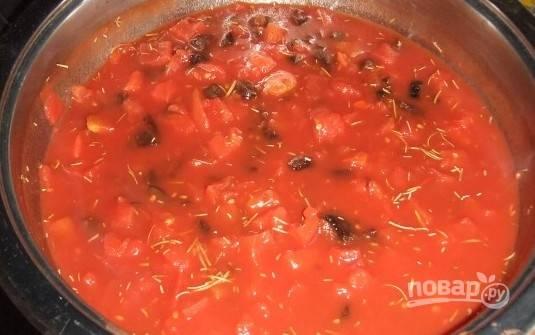 В кастрюлю добавляем томатное пюре, воду, уксус, целую луковицу, чернослив, мелко порубленный розмарин, соль с перцем по вкусу. Перемешиваем и доводим до кипения.