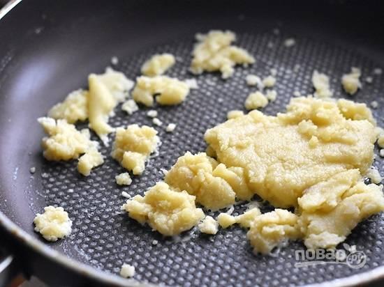 На сковороде растапливаем сливочное масло, добавляем к нему муку и хорошо перемешиваем. Прогреваем минуту-полторы, не забываем перемешивать.