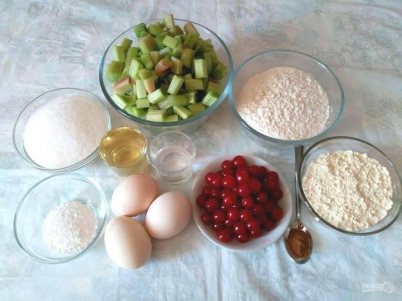 Подготовьте перечисленные продукты. Стебли ревеня очистите и нарежьте небольшими кусочками.