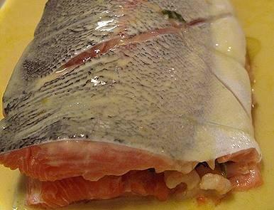 Накрываем вторым куском рыбы, сверху ещё можно полить сливочной смесью со сковородки. Ставим в духовку, разогретую до 200 градусов. Запекаем 30 мин. После поливаем соком лимона и даём настояться блюду 10 минут, завернув его в фольгу.