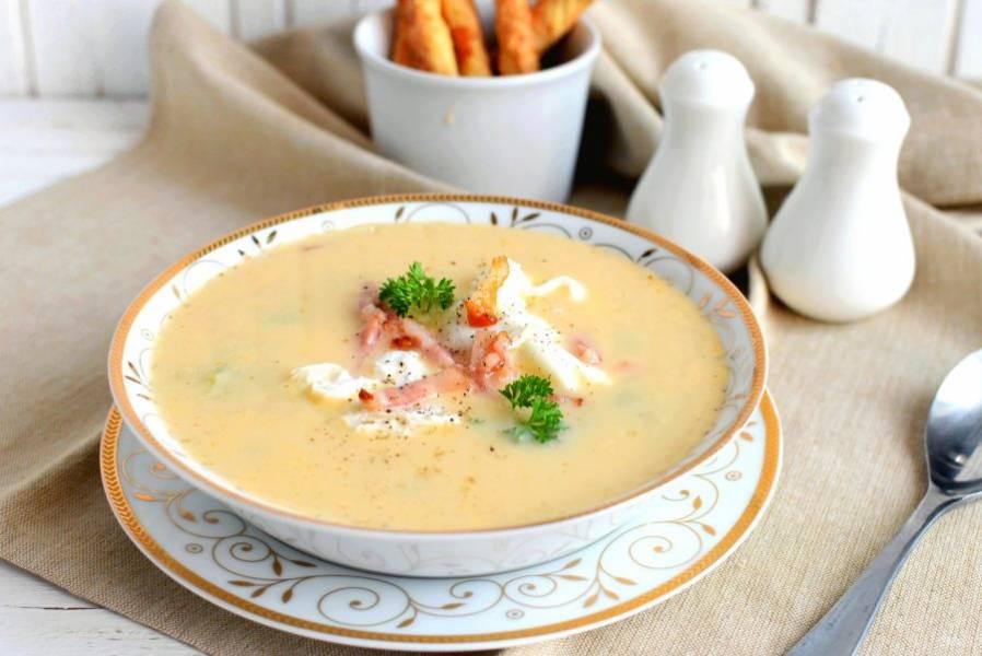 Осталось лишь разлить суп по тарелкам, выложить в центр каждой тарелки по яйцу и посыпать суп беконом. Украсить зеленью и подавать с сухариками или хрустящими хлебными палочками.