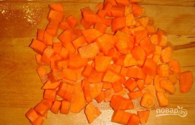 2.Морковку чищу и мою под проточной водой, затем нарезаю ее полукольцами среднего размера и перекладываю в чашу к мясу.