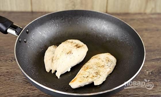 Курицу разделите на 2 части. Посолите и поперчите. Обжарьте филе в масле с обеих сторон по 5 минут.