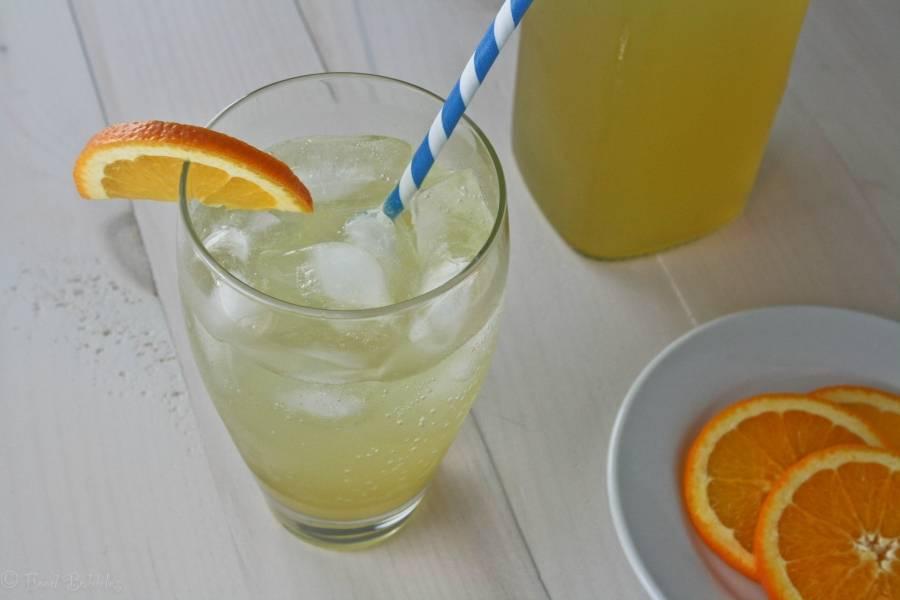 Готовый сироп разбавьте парочкой чайных ложек апельсинового сока, добавьте газировку по вкусу (обычная минералка отлично подойдет) и пару кубиков льда. Наслаждаемся прохладительным напитком. Приятного аппетита!