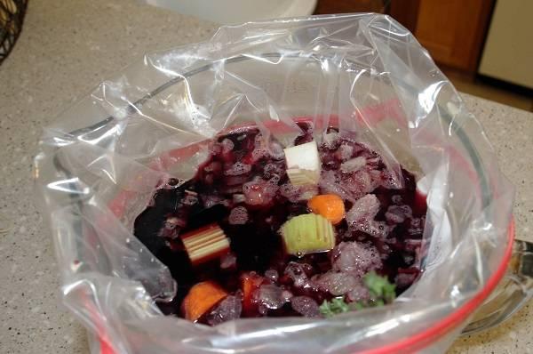 1. С приготовлением маринада все довольно просто. Нужно подготовить большой и прочный пакет и отправить туда очищенную морковь, нарезанную небольшими кусочками, сельдерей и лук с чесноком. Выложить вымытые и обсушенные ребра, залить красным сухим вином.