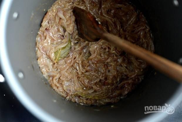 6. После этого увеличьте огонь до среднего. И готовьте ещё 15 минут, чтобы лук карамелизировался. Иногда мешайте.