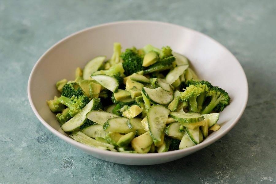 Соедините авокадо, брокколи и огурец. Заправьте салат лимонным соком и оливковым маслом, посолите и поперчите по вкусу, приправьте сухим чесноком.
