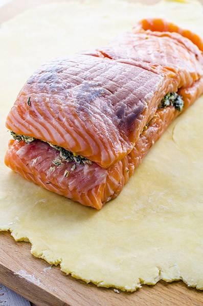 4. Накройте сверху вторым пластом филе и положите рыбу на раскатанное тесто. По желанию, можете к сливочной массе добавить немного цедры лимона, которая усилит вкус лосося и придаст ему особую пикантность.