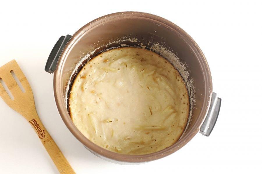 Затем, при помощи контейнера для варки на пару, аккуратно достаньте пирог, переверните его и выпекайте еще 20 минут.