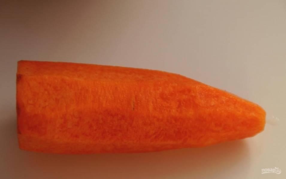 3.Морковку чищу и мою, натираю ее на крупной терке.