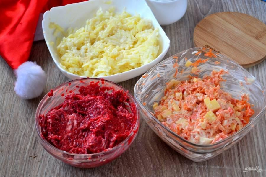 Теперь заправьте по отдельности ингредиенты майонезом. Отдельно — картофель, отдельно — свеклу вместе с измельченным чесноком, морковь и твердый сыр смешайте и также заправьте майонезом.