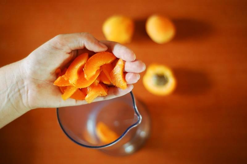 1. Банан чистим, абрикосы моем. Абрикосы очищаем от косточек.