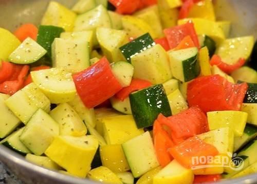Перемешайте овощи с приправами, кроме кукурузы.