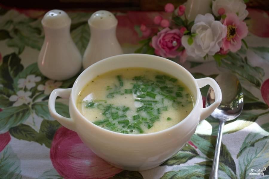 9. Подайте суп к столу, добавив в каждую порцию хорошую щепотку рубленой зелени.