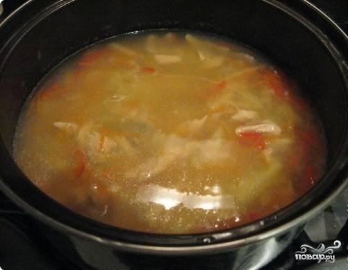 Суп практически готов. Добавляем немного растительного масла (если не делали зажарку из овощей), нарубленную свежую зелень, приправы.