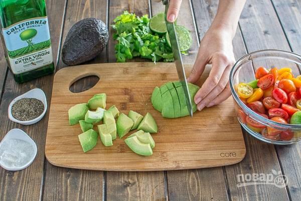 3. Очистите и нарежьте кубиками мякоть авокадо.