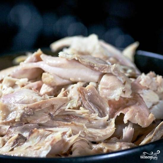 Когда курица будет готова - достаем ее из кастрюли, отделяем мясо от костей.