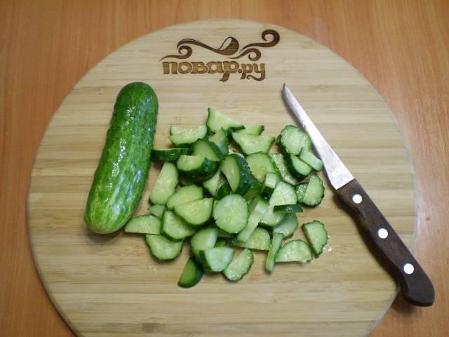 2. Отрезаем попки у огурцов. Сами огурцы режем полукольцами, как на салат.