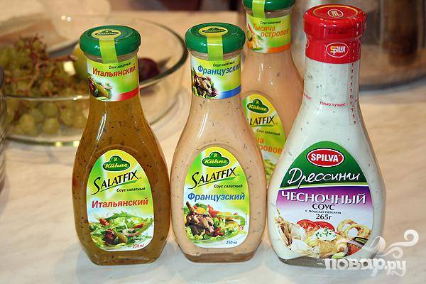 5.Займемся приготовлением соуса. Смешиваем сметану, немого французского, итальянского и чесночного соуса.