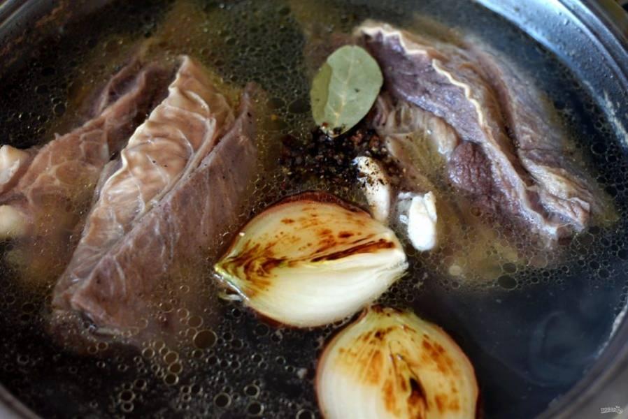 Опустите в бульон подпеченные овощи, посолите по вкусу и положите пряности. Теперь дайте бульону прогреться 3-4 минуты и отключите нагрев. Плотно закройте крышку и прикройте кастрюлю полотенцем. Пусть настаивается до остывания.