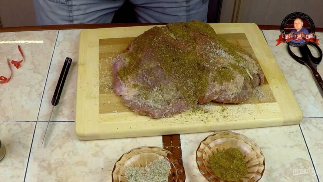 Делаем острым ножом в мясе глубокие разрезы, в которые вставляем чеснок. Делаем это часто и много. Затем натираем мясо солью и специями.