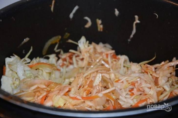 3.Выложите томатный соус, все специи и соль по вкусу, перемешайте. Влейте воду и закройте крышку, установите режим «Тушение» и время 35 минут.