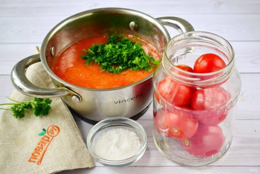 2. Отобранные целые помидоры заложите в стерилизованную 1л банку. Остальные же — слегка поврежденные, переспелые или крупные измельчите в блендере, при помощи мясорубки с насадкой для томатного сока или же перетрите через сито. Полученное томатное пюре отправьте в кастрюлю, посолите (1 ст. л. на 1 литр пюре), добавьте мелкорубленую зелень.