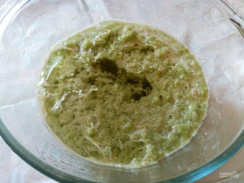 В пюре из ревеня влейте подсолнечное масло, перемешайте массу. По желанию, можно заменить подсолнечное масло эквивалентным количеством растопленного сливочного.