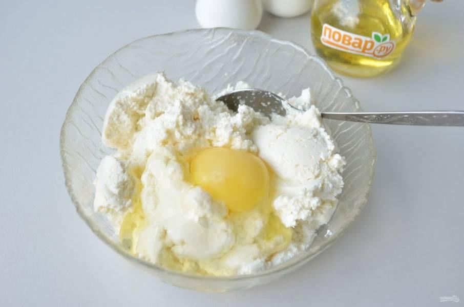 8. Рикотту соедините с яйцом, щепоткой соли и перца, перемешайте. Твердый сыр натрите на мелкой терке.