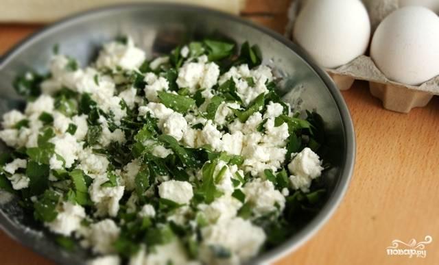 3. Смешиваем сыр с зеленью, хорошо разминаем массу вилкой.