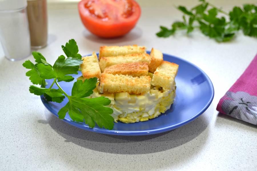 Салат с сыром, яйцом и соленым огурцом