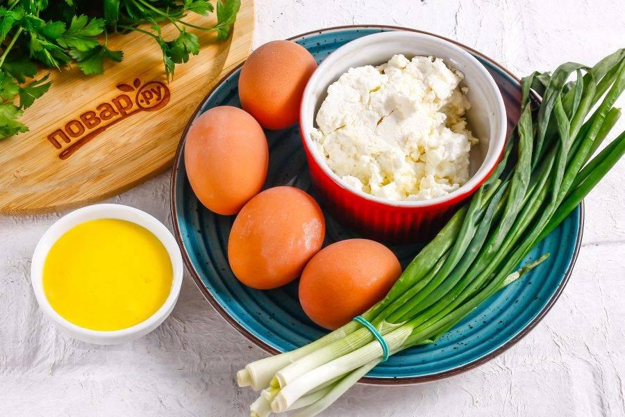 Подготовьте указанные ингредиенты. Куриные яйца заранее отварите в течение 12-15 минут и резко остудите в ледяной воде.