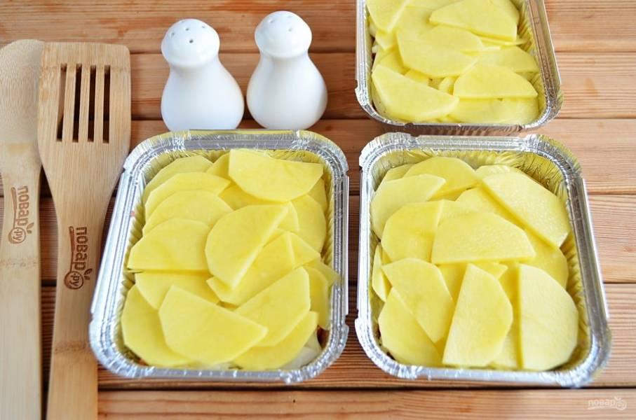 Картофель порежьте тонко полукружочками. Распределите. Посолите.