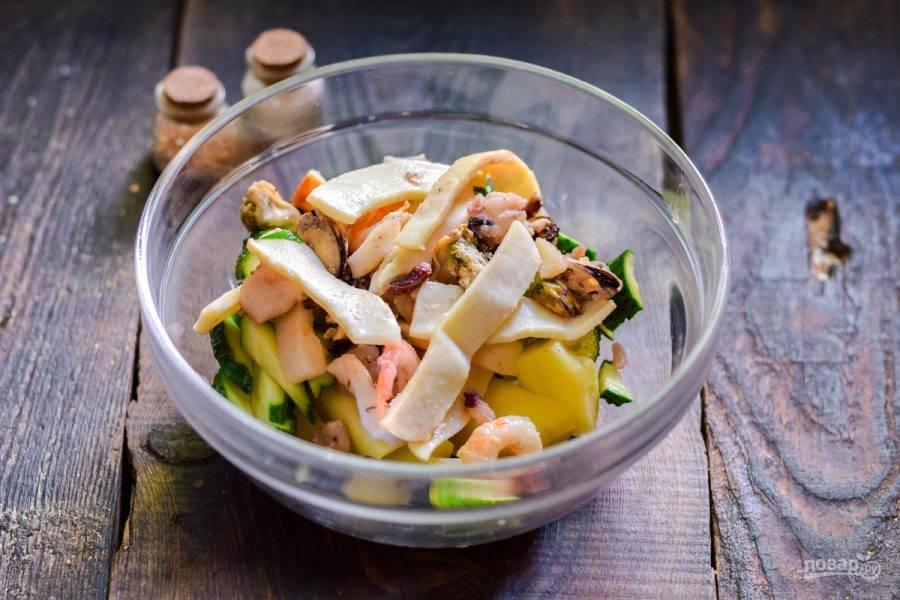 Морепродукты отварите 3 минуты, либо используйте маринованные морепродукты. Добавьте их в салат.