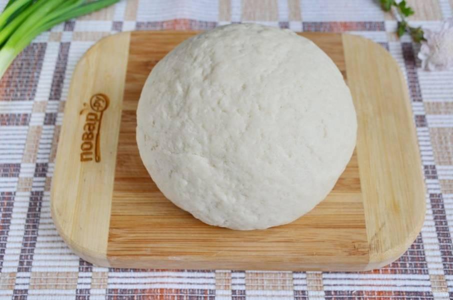 Затем влейте стакан кипятка и ложкой замесите тесто. По мере его остывания продолжайте замес руками. Вымешивать тесто тяжело, оно плотное. По необходимости добавляйте муку. У меня ушло 400 граммов за весь процесс готовки. Готовое тесто заверните в пакет, дайте ему остыть и отдохнуть.