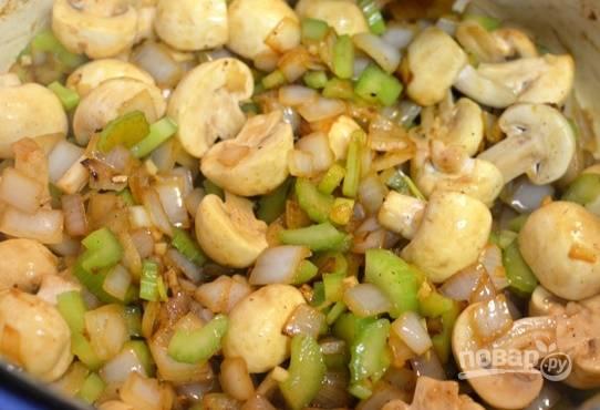 На сковороду, где жарилось мясо, добавьте лук и чеснок и обжарьте до мягкости. Добавьте грибы и сельдерей и протомите еще 5 минут.