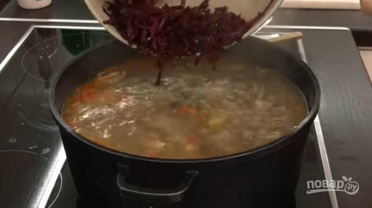 9.Когда картофель сварится, добавьте обжаренную свеклу и морковь, перемешайте и доведите до кипения, затем сразу выключите.