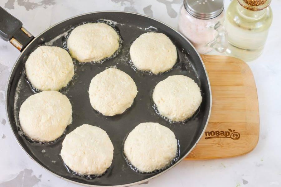 Тщательно прогрейте на сковороде растительное масло. Следите, чтобы его было немного, только смажьте им сковороду. Выложите в горячее масло заготовки. Если вы выложите в холодное — сырники впитают в себя масло и расползутся на сковороде.