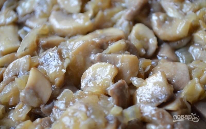 Добавьте к луку грибы. Готовьте на небольшом огне в течение 20 минут, помешивая. Всыпьте соль и перец.