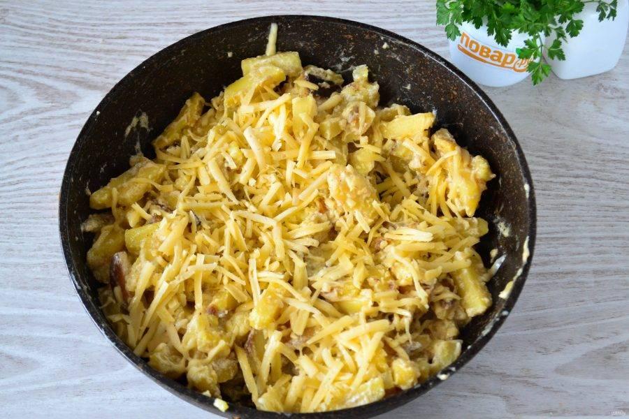 За несколько минут до готовности добавьте в сковороду натертый твердый сыр.