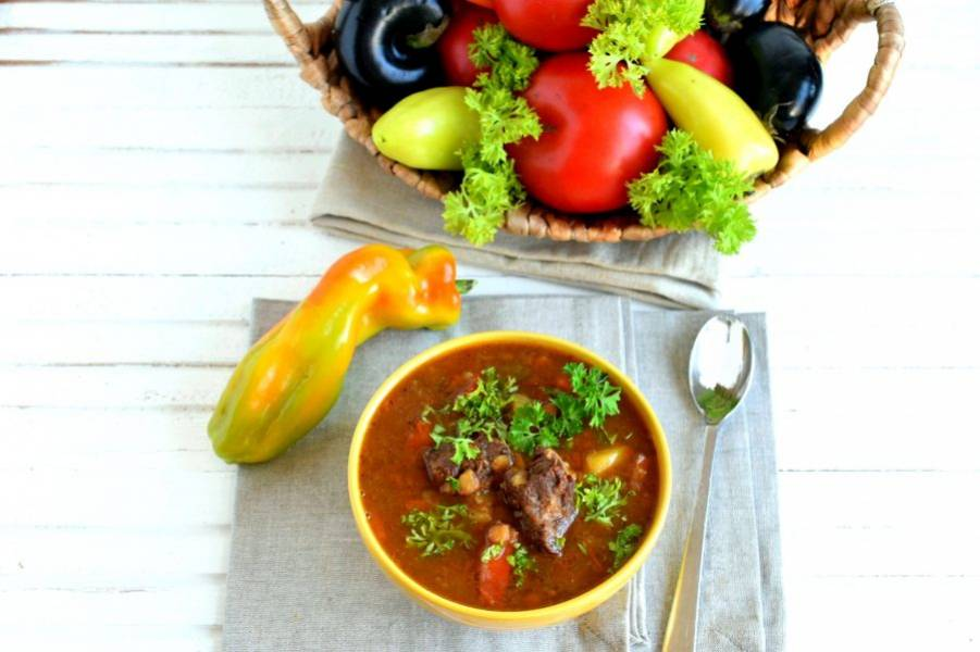 Добавьте в суп щепотку чабера. Дайте супу настояться под крышкой минут 15 и подавайте горячим со свежей зеленью и лепешками.