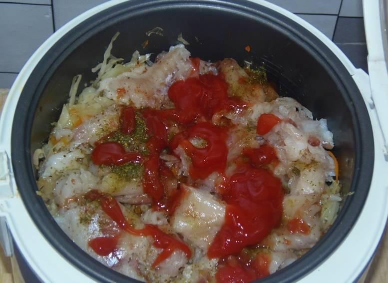 Добавляем томатную пасту, соль и специи по вкусу, вливаем еще немного водички.