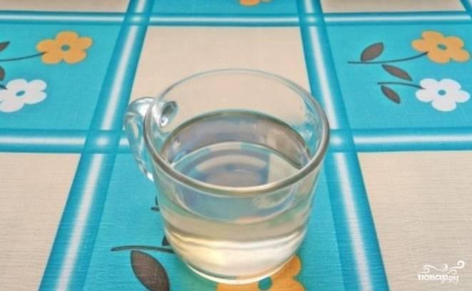 Приготовьте пропитку для бисквита. Для этого разогрейте в сотейнике сахар с водой, проварите 1 минуту. Остудите.