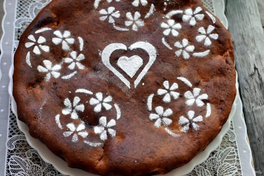 Готовый пирог остудите на решетке и посыпьте сахарной пудрой. Если вам покажется, что с пудрой будет слишком сладко, мой вам совет – посыпьте  пирог сухим молоком хорошего качества – будет очень вкусно!